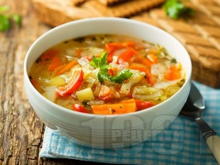 Пъстра зеленчукова супа с картофи, червени чушки и моркови - снимка на рецептата